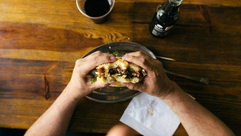 Kata Pakar, Sering Makan Sendirian Berakibat Buruk Bagi Kesehatan dan Lingkungan