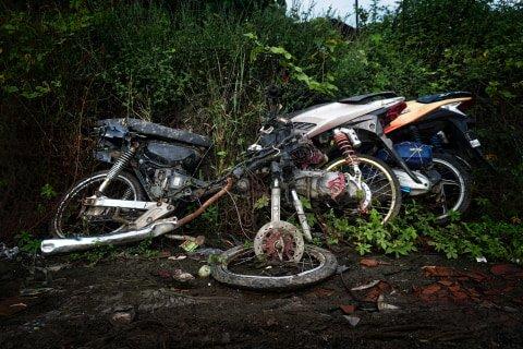 Kondisi sepeda motor yang rusak di tempat penampungan di Teluk Pucung, Bekasi Utara, Jawa Barat. Foto: Iqbal Firdaus/kumparan