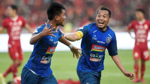 Hamka Hamzah (kanan) merayakan gol dengan rekannya, Nur Hadianto (kiri), pada sebuah  pertandingan. Foto: ANTARA FOTO/Aditya Pradana Putra