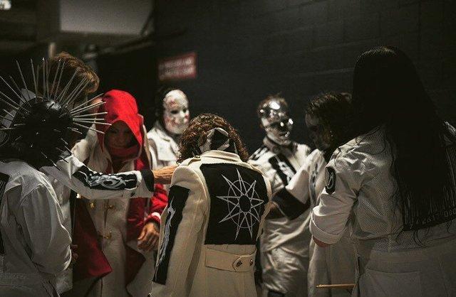 Band metal sekelas Slipknot pun kerap melakuakn ritual berdoa sebelum aksi panggungnya, (Instagram/@slipknot).