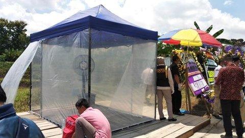 Peziarah Ibunda Jokowi Harus Steril, Ada Bilik Disinfektan di TPU Mundu