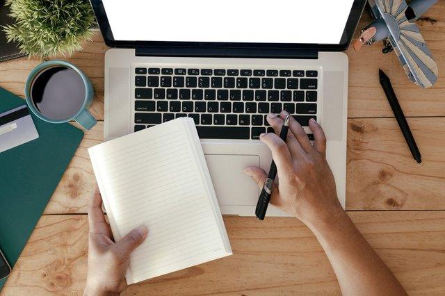 Mengirim emal pada rekan kerja (Shutterstock).