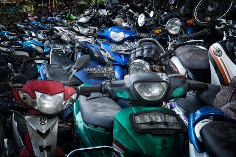 Ratusan sepeda motor di tempat penampungan di Teluk Pucung, Bekasi Utara, Jawa Barat. Foto: Iqbal Firdaus/kumparan