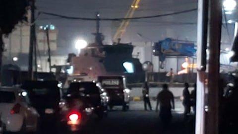 Mobil tim Inafis Polrestabes Semarang terparkir dekat lokasi kapal patroli Polair yang terbakar di Kawasan Pelabuhan Tanjung Emas, Semarang.  Foto: Afiati Tsalitsati/kumparan