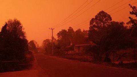 5 Penampakan Langit Merah di Jambi Akibat Kabut Asap, Siang Gelap Bak Malam Hari