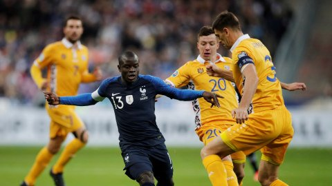 Pemain Prancis, N'Golo Kante, diadang pemain Moldova. Foto: REUTERS/Benoit Tessier