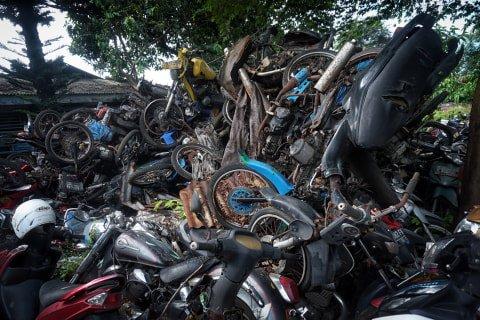 Tumpukan sepeda motor di tempat penampungan di Teluk Pucung, Bekasi Utara, Jawa Barat. Foto: Iqbal Firdaus/kumparan