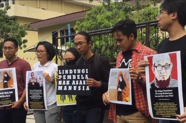 Sejumlah lembaga swadaya masyarakat mengadakan aksi singkat di sekitar Mabes Polri, Jakarta Selatan, Senin (15/7/2019), dalam rangka mendesak Polri untuk menuntaskan kasus penyiraman air keras kepada penyidik Komisi Pemberantasan Korupsi (KPK) Novel Baswedan.