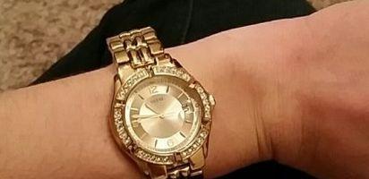 ... meraup keuntungan pribadi, yakni dengan cara memproduksi aneka jam tangan Guess wanita yang palsu. Kendati demikian, kualitas memang tidak bisa bohong.