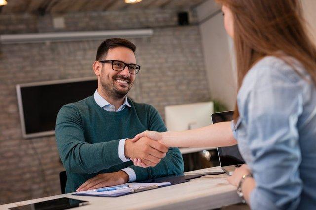 Inisiatif untuk memperkenalkan diri lebih dulu (Shutterstock).