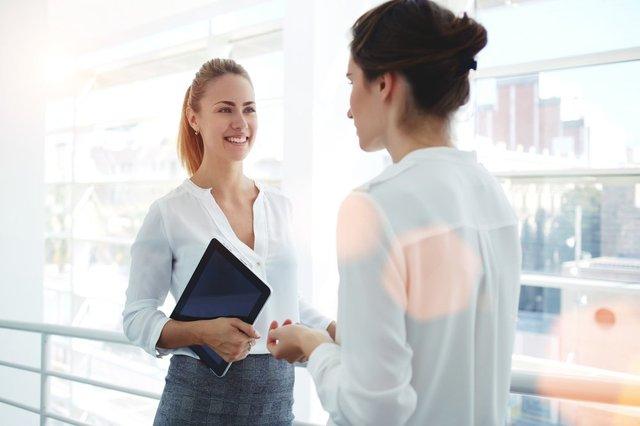 Berkenalan dengan rekan kerja (Shutterstock).