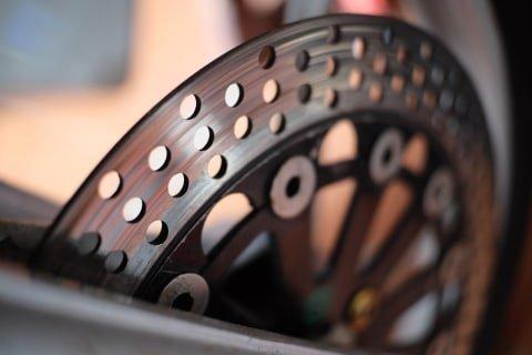 Lubang pada piringan cakram rem sepeda motor.  Foto: Bangkit Jaya Putra/kumparan
