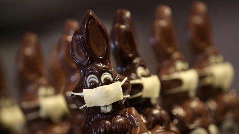 Coklat kelinci Paskah yang menggunakan masker di tempat pembuatan cokelat Belgia Genevieve Trepant, Lonzee, Belgia. Foto: REUTERS/Yves Herman