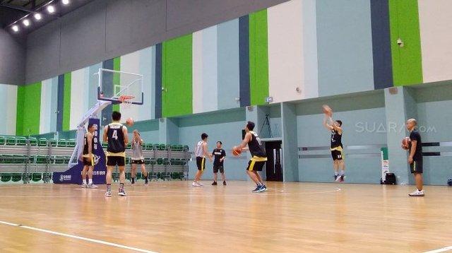 Suasana latihan Timnas Basket Indonesia di GBK Arena, Senayan, Jakarta, Jumat (18/10/2019). [Suara.com/Arief Apriadi]