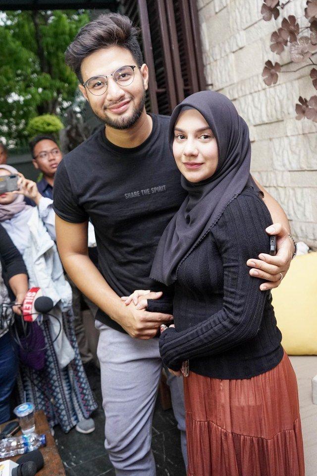 Pesinetron Ammar Zoni dan Irish Bella saat konferensi pers terkait keguguran kandungan di kediamannya di kawasan Cinere, Depok, (10/10). Foto: Dok. Ronny
