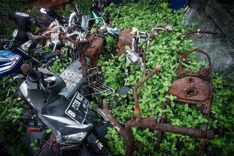 Ratusan sepeda motor dipenuhi ilalang di tempat penampungan di Teluk Pucung, Bekasi Utara, Jawa Barat. Foto: Iqbal Firdaus/kumparan
