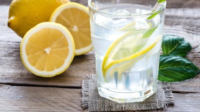 Ilustrasi air lemon. (iStockphoto)