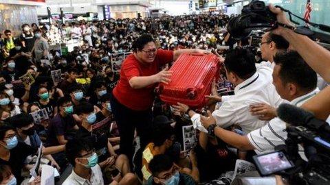 Massa Duduki Bandara Hong Kong Lagi, Blokir Penumpang di Pintu Keberangkatan