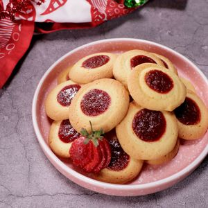 Stroberi Thumbprint Cookies