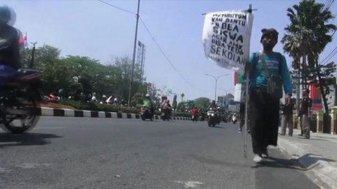 Galang Beasiswa untuk Anaknya, Ayah di Indramayu Jalan Kaki Menuju Jakarta