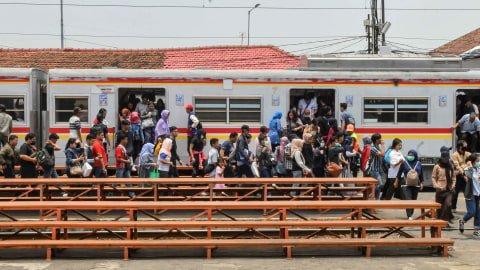 Penumpang turun dari gerbong KRL Jabodetabek di Stasiun Manggarai, Jakarta, Rabu (9/10/2019). Foto: ANTARA FOTO/Muhammad Adimaja