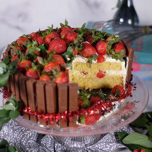 Stroberi KitKat Cake