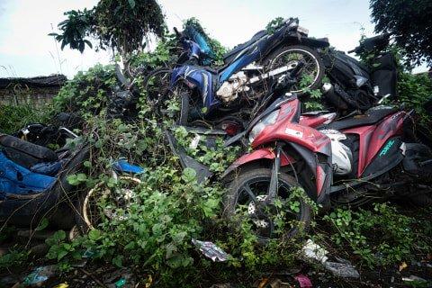 Tumpukan sepeda motor yang dipenuhi ilalang di tempat penampungan di Teluk Pucung, Bekasi Utara, Jawa Barat. Foto: Iqbal Firdaus/kumparan