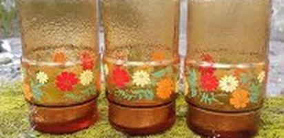 Disebut gelas belimbing karena permukaan bawah gelas berbentuk menyerupai buah belimbing. Gelas Kaca Belimbing Jadoel ini dijual di Bukalapak ...