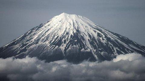 Pendaki Jepang Siarkan Detik-Detik Terjatuh dari Gunung Fuji