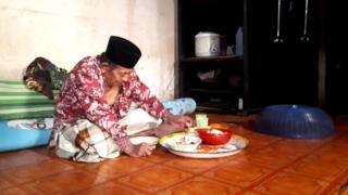 Image caption                                         Panambulu, menyiapkan diri sebelum melantunkan Kayori.
