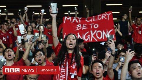 China vs Iran: Demonstran Hong Kong soraki lagu kebangsaan China
