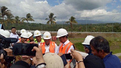 Presiden Joko Widodo tinjau pembangunan tol Manado-Bitung, Jum'at (5/7). Foto: Fahrian SAleh/kumparan