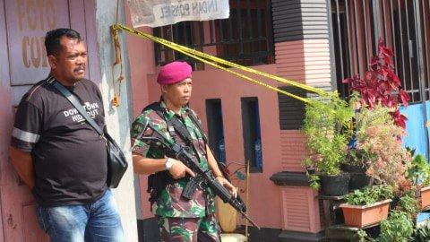 Rumah terduga guru ngaji atau imam bomber Polrestabes Medan digeledah.  Foto: Rahmat Utomo/kumparan