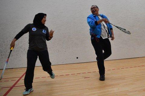 Chief de Mission SEA Games 2019 Harry Warganegara (kanan) bermain squash dengan pemain timnas squash Indonesia Catur Yuliana saat pelatnas SEA Games 2019 di Lapangan Squash, Kompleks GBK, Jakarta, Kamis (31/10/2019). Foto: ANTARA FOTO/Sigid Kurniawan
