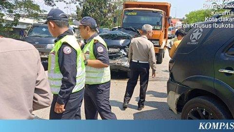 Supir Truk Kabur Setelah Tabrak Sejumlah Mobil di Tol Wiyoto Wiyono