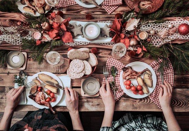 Makan siang bersama rekan kerja (Shutterstock).