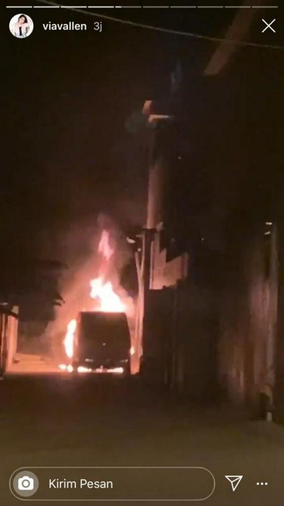 Mobil Via Vallen terbakar. Foto: Instagram/@viavallen