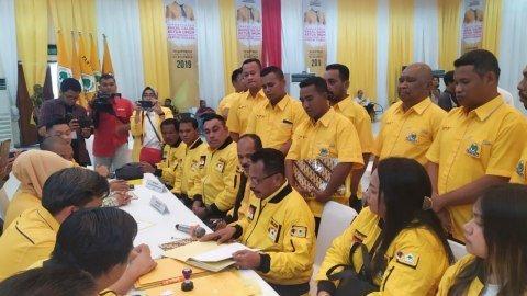 Politisi Golkar Derek Loupatty menyerahkan formulir pendaftaran dan berkas calon ketua umum Golkar di DPP Golkar, Senin (2/12). Foto: Maulana Ramadhan/kumparan