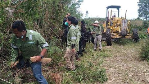Gotong Royong di Desa Parbuluan, PT TPL Bersama Warga Perbaiki Jalan