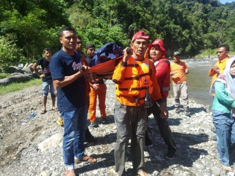 Evakuasi jenazah korban pegawai KIP Pidie Jaya, Herry, yang ditemukan meninggal di sungai, 18 Mei 2019. Foto: Dok. BPBD Pidie Jaya