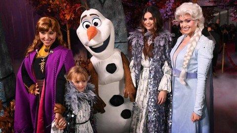 Gaya Selebriti di Premier Frozen 2, Selena Gomez dan Adik Paling Curi Perhatian