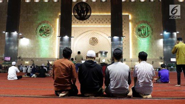 Umat muslim melaksanakan salat saat malam takbiran di Masjid Istiqlal, Jakarta, Selasa (4/6/2019). Umat muslim akan melaksanakan salat Idul Fitri 1440 Hijriah di Masjid Istiqlal, Jakarta. (Liputan6.com/Helmi Fithriansyah)